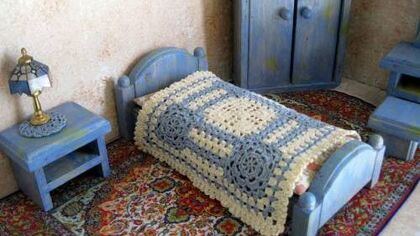 Miniature bedspread with traditional crochet details